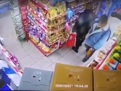 Задържаха двама за кражби от денонощен магазин в Казанлък, издирват трети