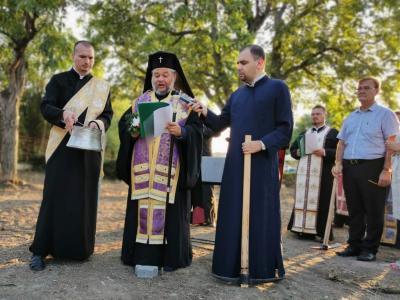 Митрополит Киприан направи първа копка за строителството на нов храм в Стара Загора